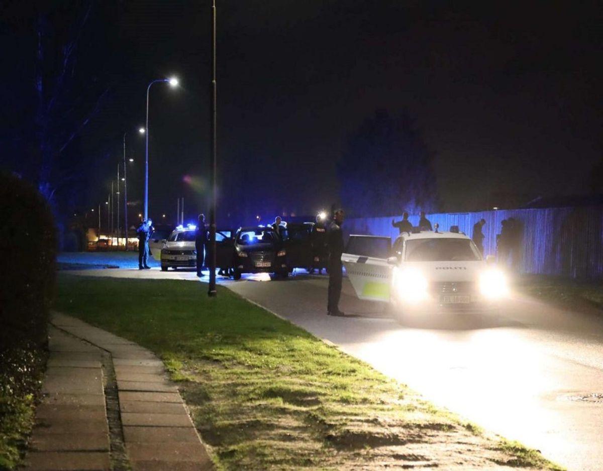 Fire personer blev onsdag aften anholdt i det vestlige Aarhus. De havde sammen med ti andre, der blev anholdt på E45 ved Vejle, frihedsberøvet to mænd. Foto: Øxenholt Foto