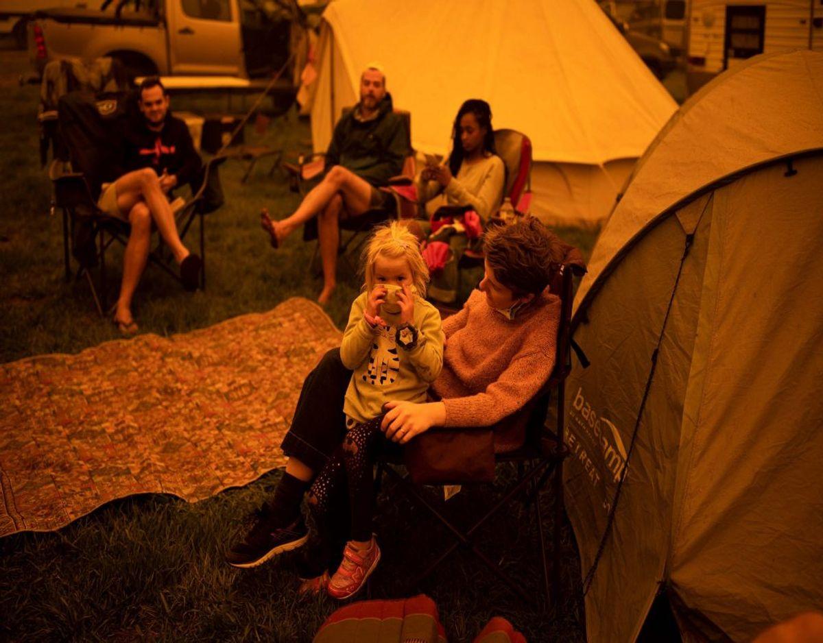 Telte, campingvogne og biler er rykket ind på en plads i byen Bega i New South Wales, hvor en række mennesker midlertidigt har slået lejr, efter at de er blevet evakueret fra de omfattende brande. Langs delstatens kyst har flere tusind desuden søgt tilflugt, har brandvæsnet tirsdag oplyst. Foto: Sean Davey/Ritzau Scanpix
