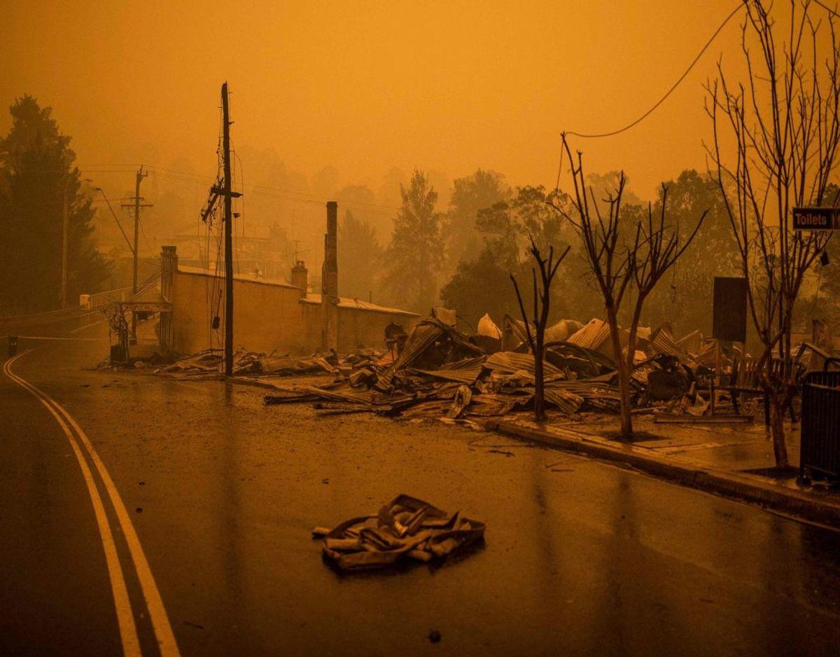 Ødelæggelserne langs med en af de større gader i byen Tobargo i New South Wales er massive. I delstaten har flere tusinde både lokale og feriegæster måttet flygte, i takt med at ilden er kommet nærmere og nærmere. Foto: Sean Davey/Ritzau Scanpix