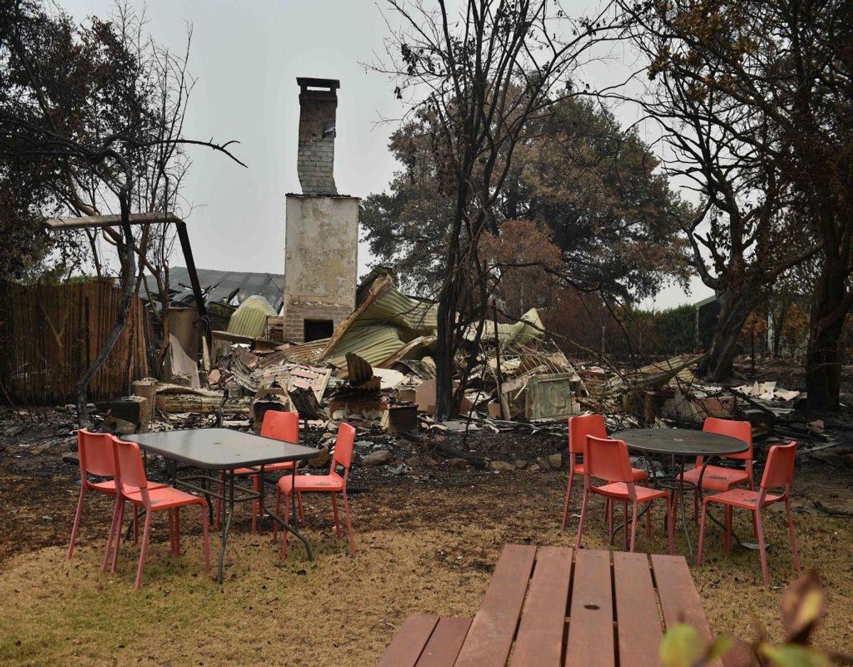 De omfattende brande har raseret flere områder i Australien, og det har efterladt store arealer nedbrændt. På billedet ses vragresterne ved Tutti Frutti-caféen i Bilpin, der ligger 70 kilometer vest for Sydney. Foto: Peter Parks/Ritzau Scanpix