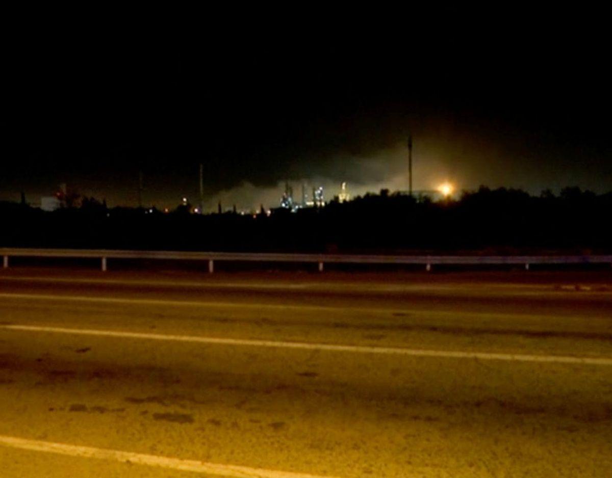 En er omkommet efter en eksplosion og efterfølgende brand på en kemikaliefabrik i Spanien tirsdag. På billedet ses en eksplosion gennem en bilrude i Tarragona-provinsen. Stilbilledet er taget ud fra en video, som ligger på de sociale medier. Foto fra  video. Forta/Reuters TV/Scanpix.