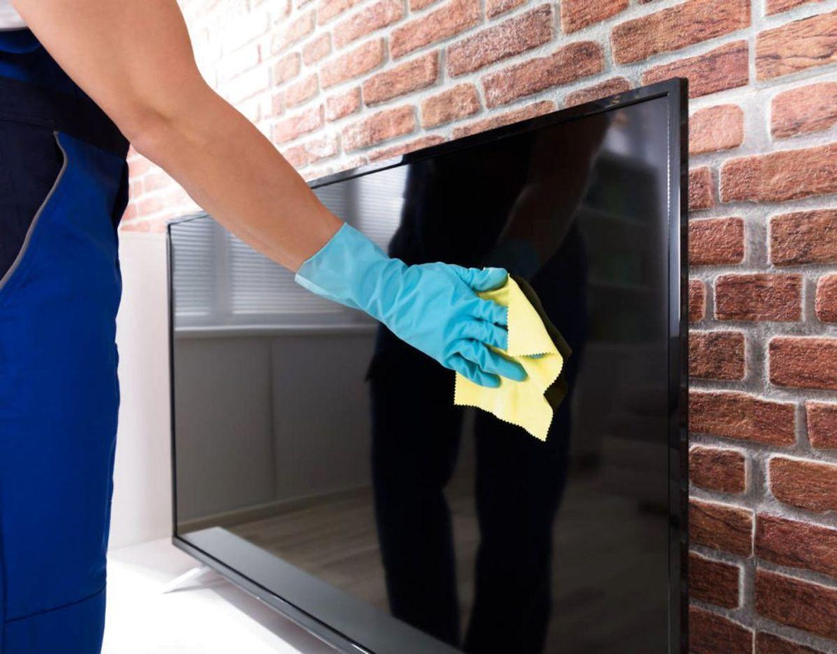 For fladskærm tv, plasma, LED, LCD og OLED tv gælder det, at de ikke kan tåle at blive rengjort med vand. I stedet skal man tørre støv af med en mikrofiberklud. Foto: Scanpix