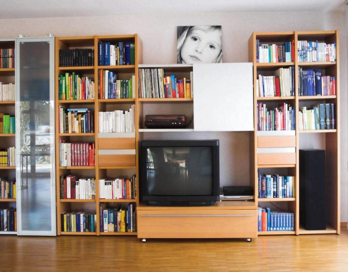 Hvis du stadig er én af dem, der ikke har et fladskærms tv, så er det en del nemmere at rengøre. Tør det over med en mikrofiberklud, der er fugtig af vand eller glasrens. Sprøjt aldrig glasrens direkte på tv'et. Det ødelægger både skærm og kabinettet omkring. Foto: Scanpix