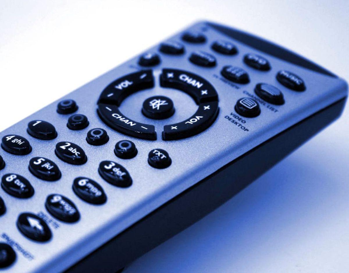 Dernæst skal du bruge en klud med desinficerende middel på og tørre fjernbetjeningen over. Vær særlig grundig omkring knapperne. Foto: Scanpix