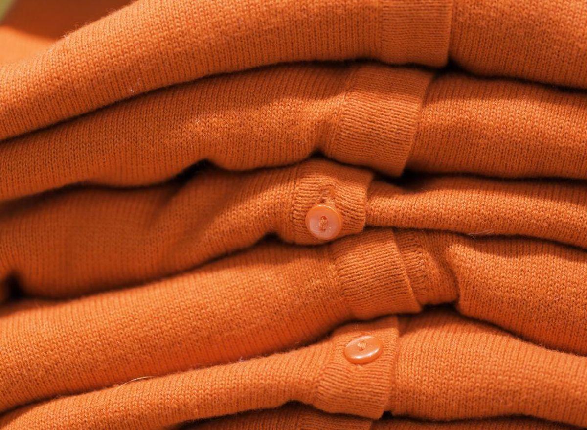 Er du i tvivl om, hvorvidt meget farvet tøj afgiver farve i vaskemaskinen? Hvis du fugter et lille hjørne af for eksempel en rød trøje, kan du lægge en hvid serviet over og se, om den tager farve. Kilde: Reader's DIgest. Arkivfoto.