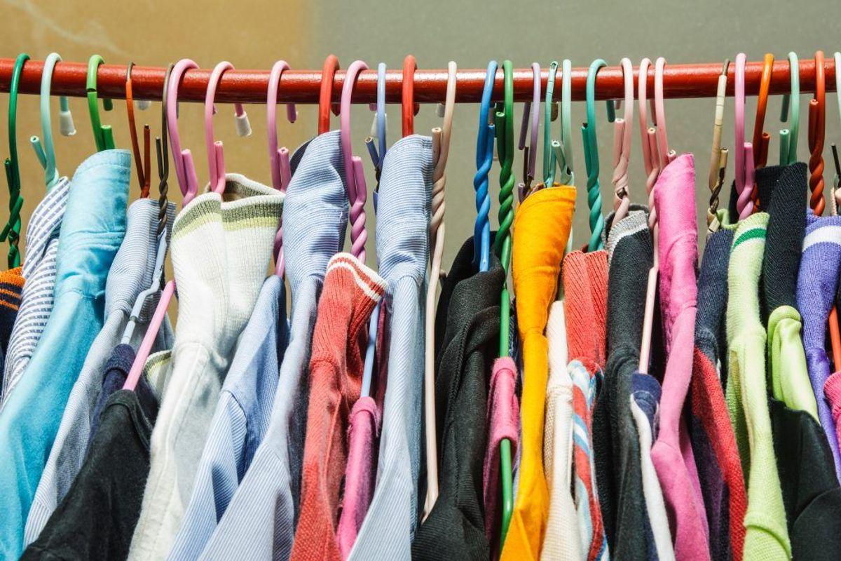 Husk også kun at vaske tøj i vaskemaskinen, der rent faktisk kan tåle det. Noget tøj er for sart til at komme i maskinen og skal derfor sendes til rens. Kilde: Reader's DIgest. Arkivfoto.