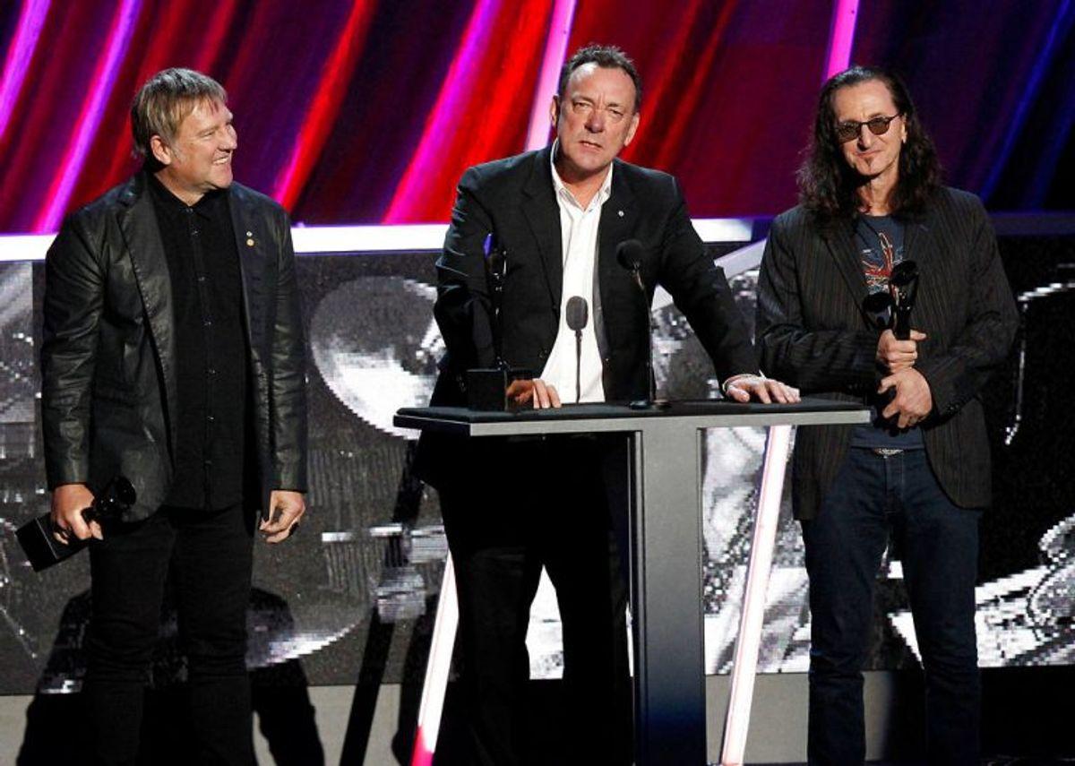 Alex Lifeson (tv.), Neil Peart og Geddy Lee (th.) blev i 2013 optaget i rockens Hall of Fame til en stor ceremoni i Los Angeles i 2013. Foto: REUTERS/Mario Anzuoni/File Photo/Scanpix