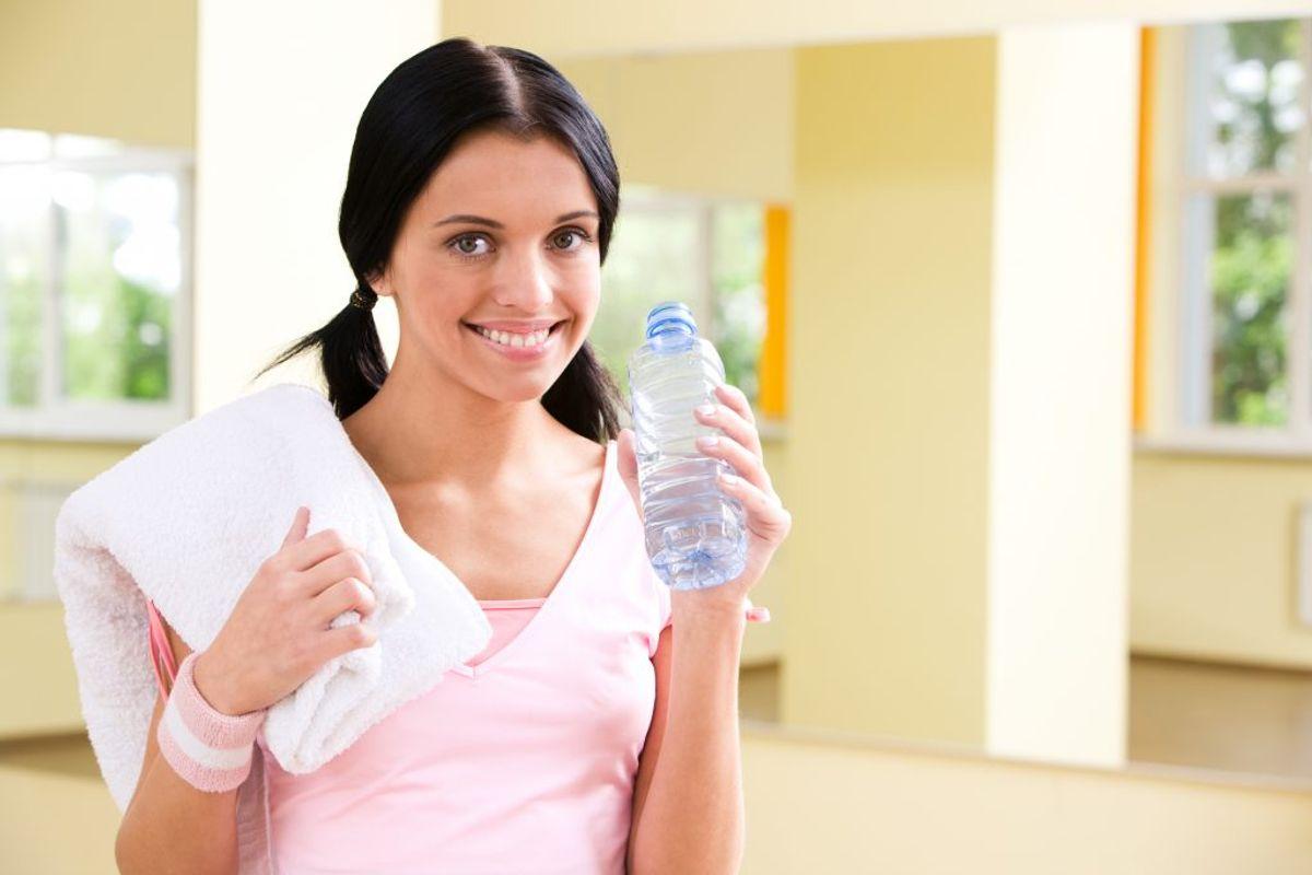 Tit og ofte tænker man kun på vand, når man træner. Men man skal huske det meget oftere. KLIK VIDERE OG SE, HVORDAN DU FÅR MERE VAND I LØBET AF HVERDAGEN. Foto: Colourbox