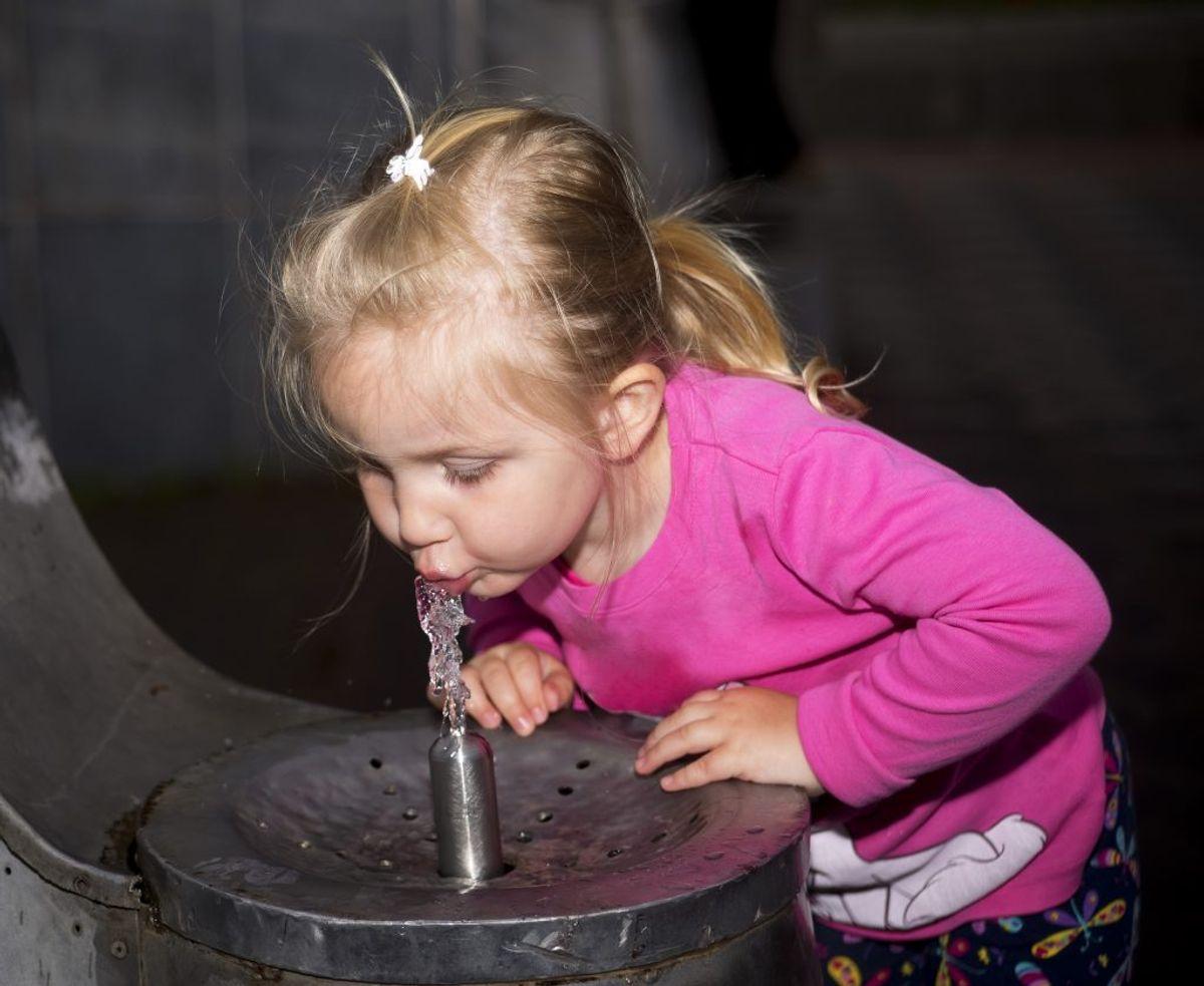 Drik i underkanten af en halvliter, når du lige vågner – hvis altså du er voksen. Som barn skal du have mindre. Foto: Colourbox