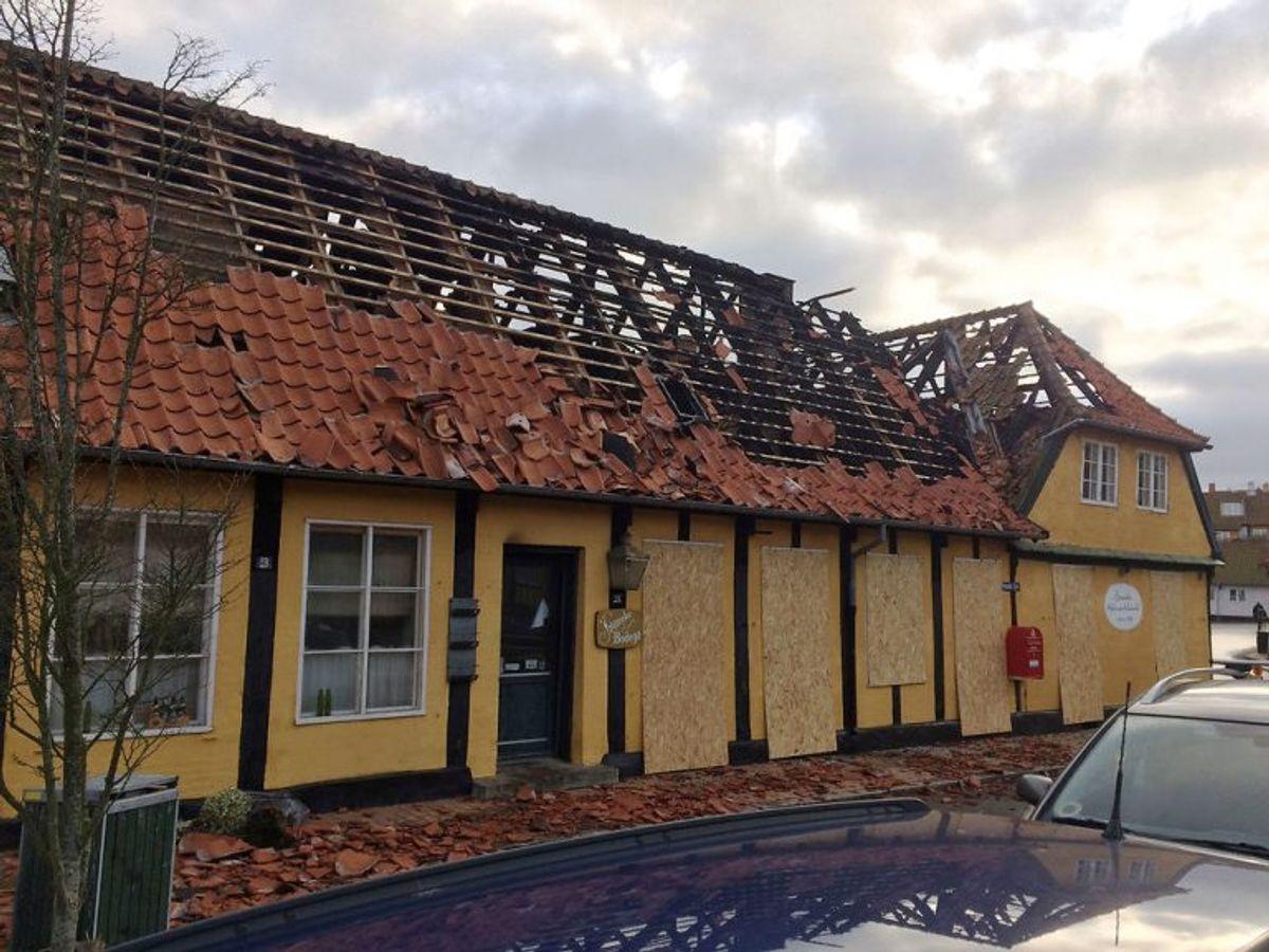 Branden har gjort tydeligt indhug i den bevaringsværdig bygning i Svaneke på Bornholm. KLIK VIDERE FOR FLERE BILLEDER. (Foto: Jakob Marschner/Bornholms Tidende/Scanpix 2020)