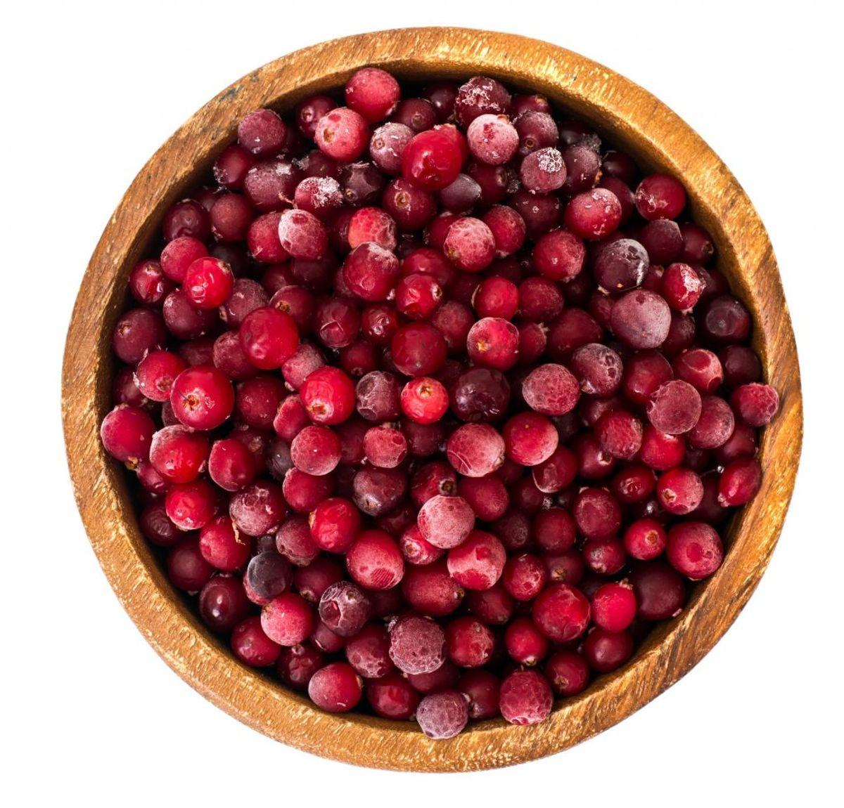 Du bør ikke putte dybfrosne bær i blenderen – det kan i værste fald gøre blenderens blade sløve.  Lad gerne bærrene stå i køleskabet i lidt tid,  inden du blender dem, så de kan nå at tø lidt op. Husk i øvrigt at mange typer bær skal koges, før man bruger dem. Kilde: Reader's Digest. Arkivfoto.