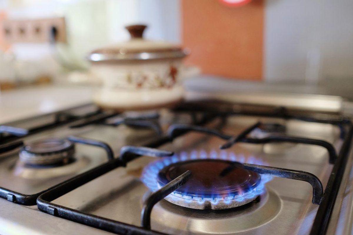 Hvis man har et gaskomfur er det vigtigt, at man sørger for at få det skilt ad og gjort det ordentlig rent ofte. Kilde: Reader's Digest. Foto: Scanpix.