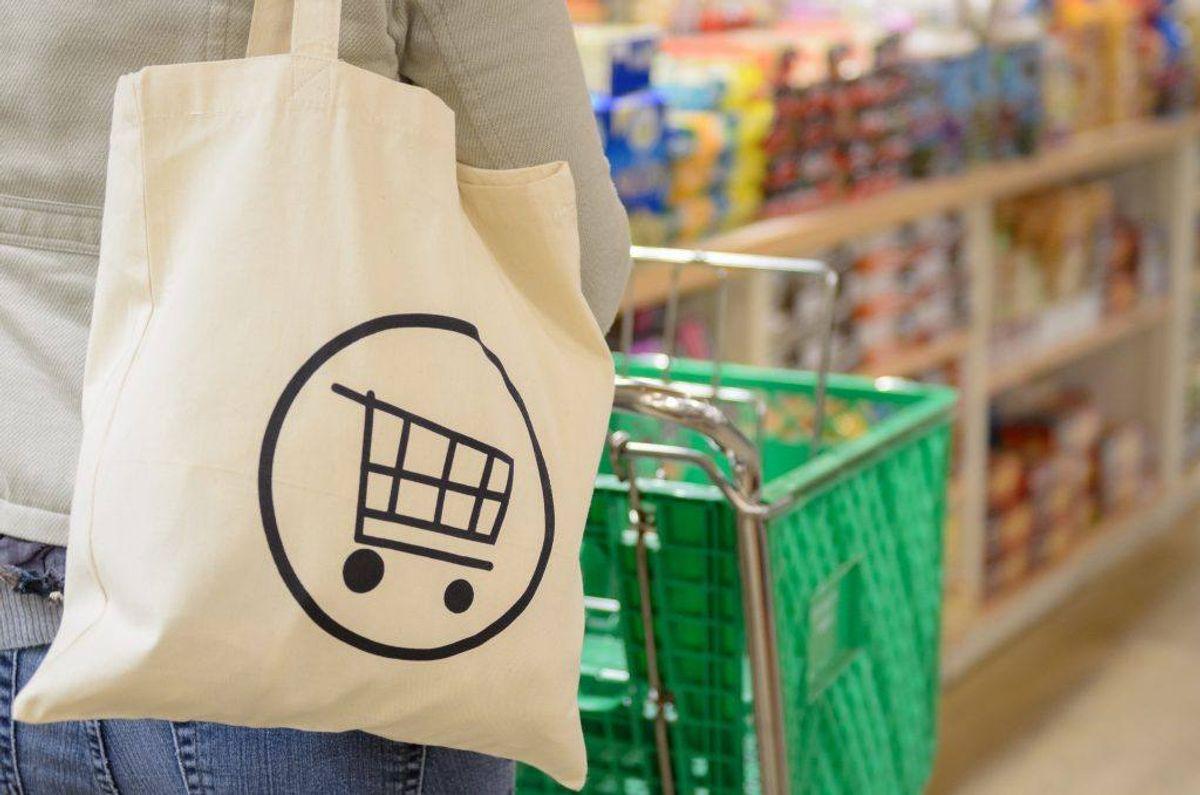 Mange er formentlig blevet opmærksomme på at bruge genbrugelige indkøbsposer, når de er ude at handle. Men de skal også gøres rent med jævne mellemrum. Kilde: Reader's Digest. Foto: Scanpix.