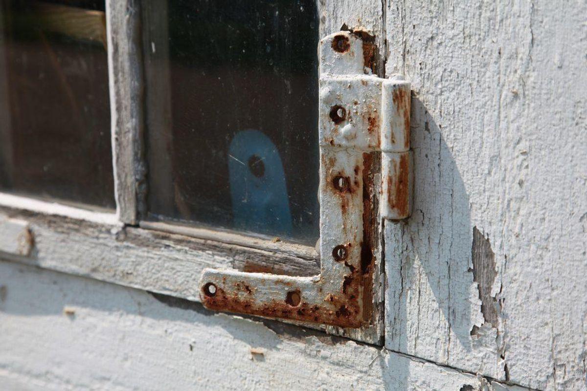 Alle vinduer bør have et eller flere solide beslag, der holder vinduet lukket. Foto: Colourbox.