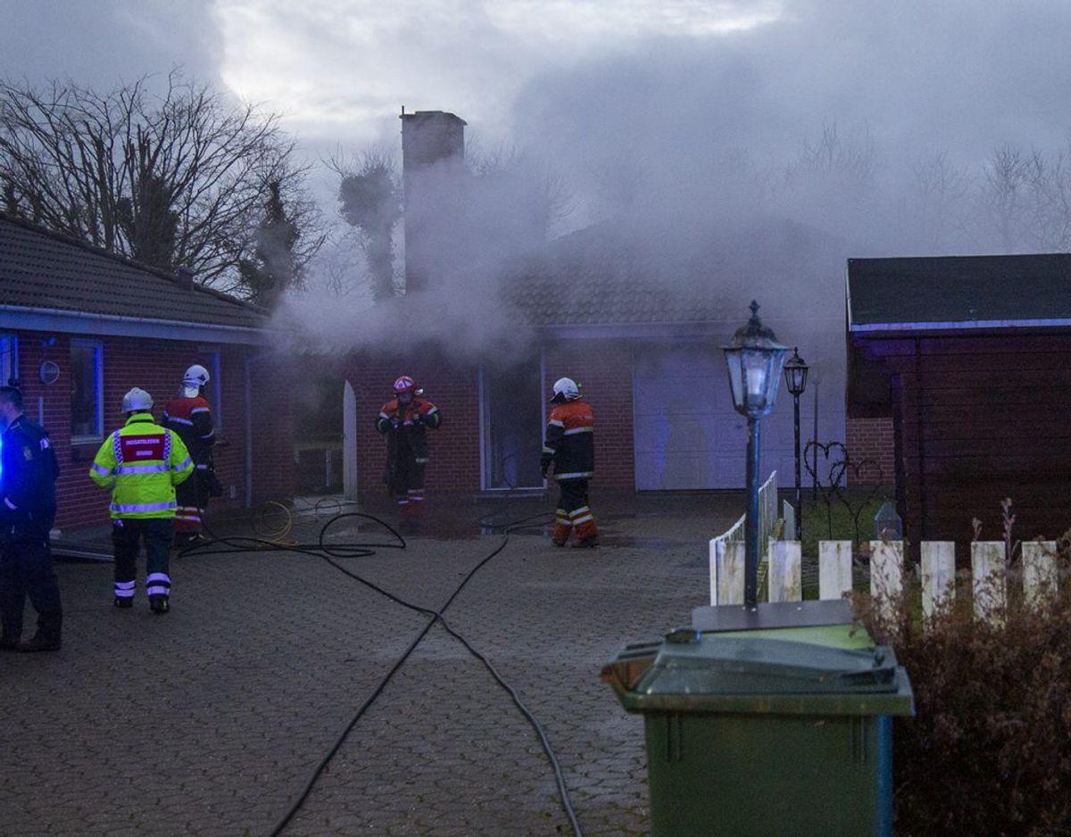 Branden udviklede kraftig røg. KLIK FOR FLERE BILLEDER. Foto: René Lind Gammelmark