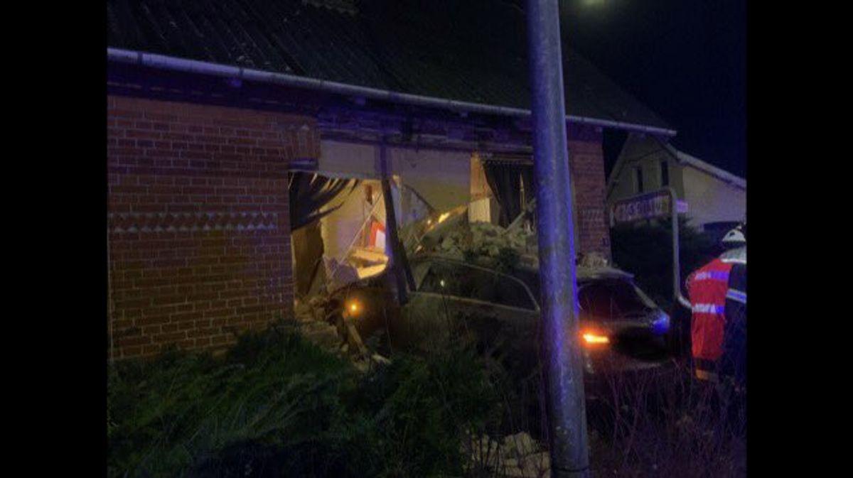 En bil har torpederet huset. KLIK FOR MERE. Foto: Trekantområdets Brandvæsen