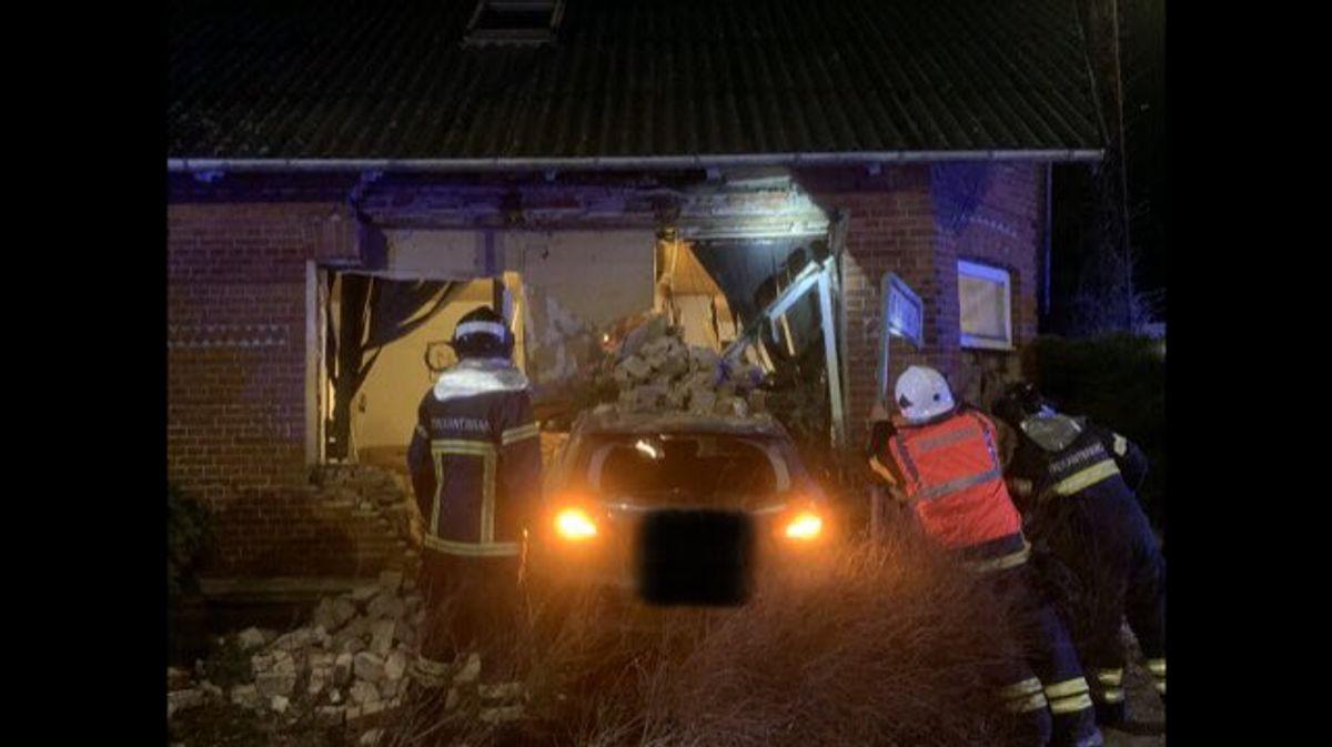 Huset er i fare for at styrte sammen. Foto: Trekantområdets Brandvæsen