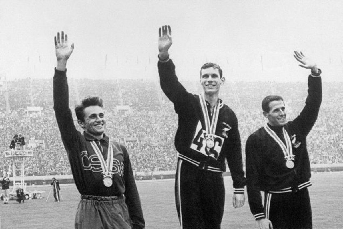 På billedet her fra den 21. oktober 1964 har Peter Snell (i midten) netop vundet guld i 1500 meter løb under OL i Tokyo. Tjekkoslovakken Josef Odlozil (til venstre) vandt sølv, mens Snells landsfælle John Davies (til højre) vandt bronze. Foto: Staff/AFP