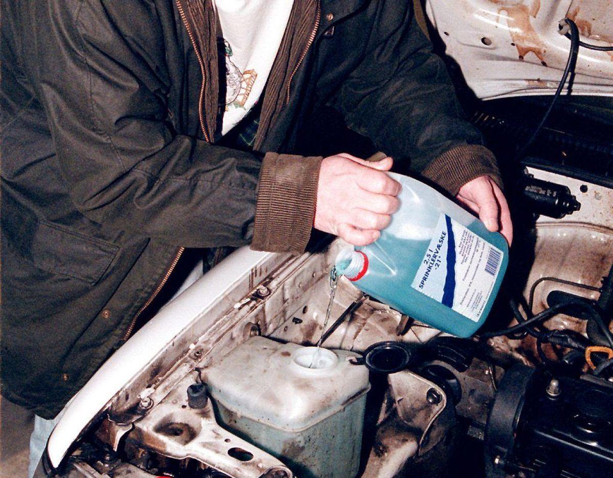 Skal du gøre bilen vinterklar? Fyld frostsikker sprinkler og kølervæske på. Klik videre for flere gode råd. Kilde: FDM. Foto: Scanpix