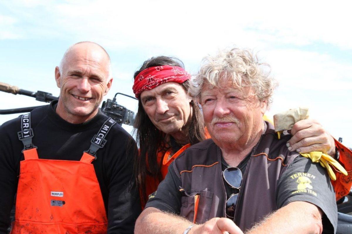 'Indianer-Stig' (i midten) fortæller, at han og 'Dynamit-Aage' (til højre) har arbejdet med sammenlagt 1200 vrag verden over. – Foto: Privatfoto