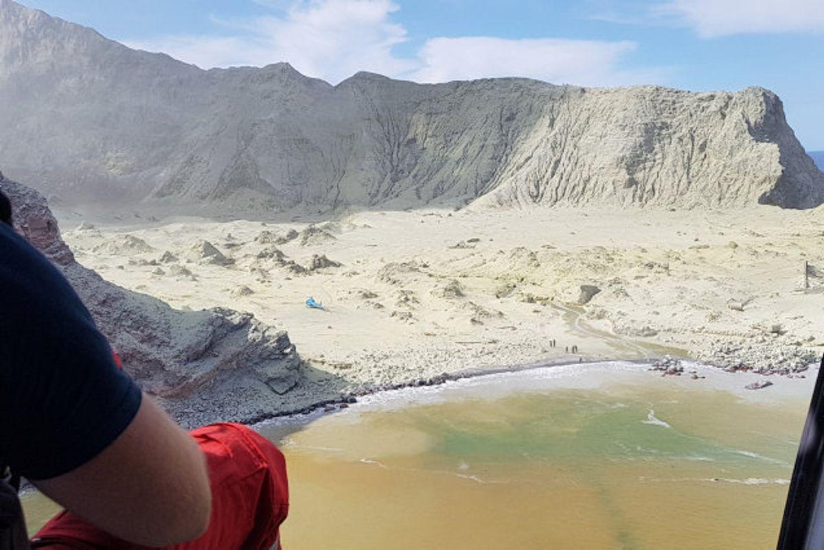 Redningsarbejdere har ikke kunnet bjærge de personer, der formodes at være omkommet på White Island, da der fortsat er risiko for et nyt vulkanudbrud. Foto: Auckland Rescue Helicopter Trust/Reuters