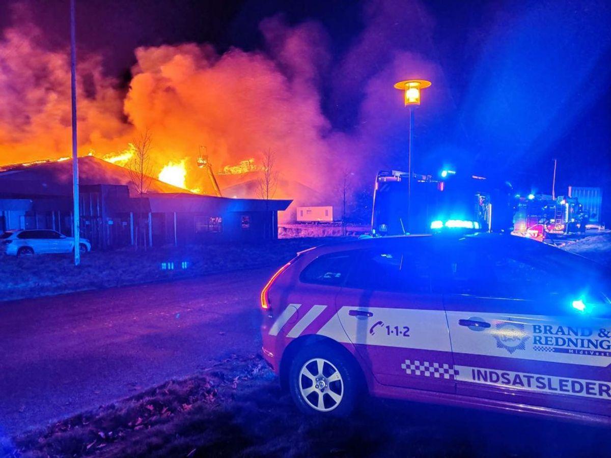 En voldsom brand hærger lige nu. Der er fare for, at 8.000 liter diesel også kan bryde i brand. KLIK for flere billeder. Foto: Øxenholt Foto.