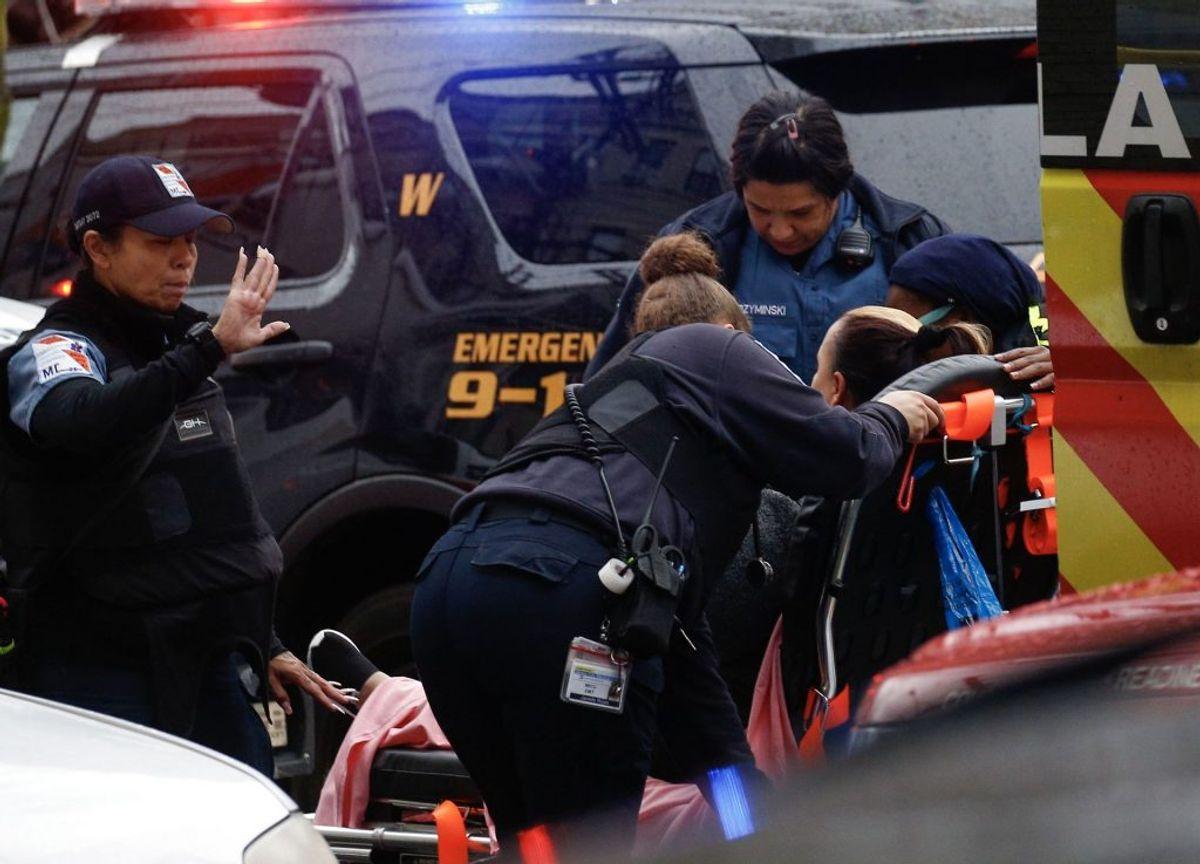 Mindst en betjent er dræbt efter et skyderi. Der er melding om flere døde. KLIK for flere billeder. Foto: Kena Betancur/Scanpix.