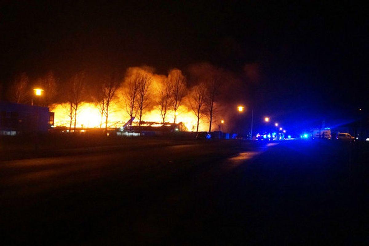 En voldsom tagbrand raserer en industribygning mellem Ikast og Herning. Ingen er kommet til skade, men der er fire tanke med hver 2000 liter dieselolie på taget, og politiet opfordrer folk til at holde sig væk. Foto: Presse-Fotos.dk/Scanpix
