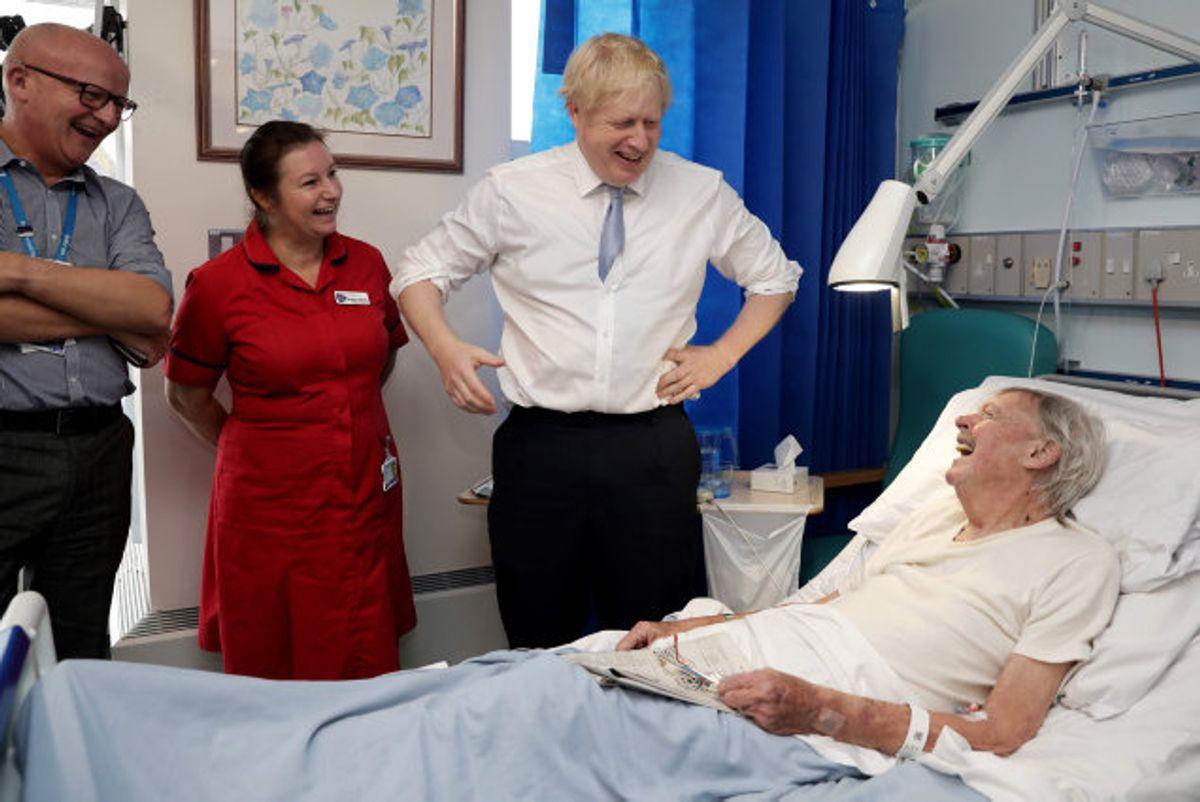 Den britiske premierminister, Boris Johnson, der her besøger et hospital i Conwall i sidste måned,  kritiseres for, at han i valgkampens sidste fase har grebet ud efter en journalists mobiltelefon og puttet den i lommen. (Arkivfoto) Foto: Dan Kitwood/AFP