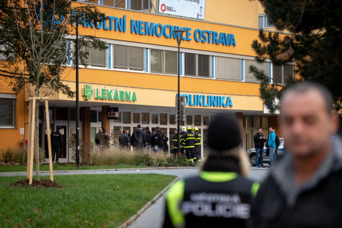 Police officers stand guard near the site of a shooting in front of a hospital in Ostrava, Czech Republic, December 10, 2019. REUTERS/Lukas Kabon Foto: Lukas Kabon/Reuters