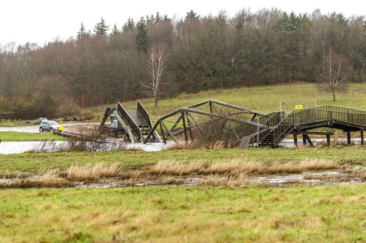 Broen var under ti år gammel. KLIK OG SE FLERE BILLEDER AF DEN KOLLAPSEDE BRO. (Foto: Morten Dueholm/Ritzau Scanpix)