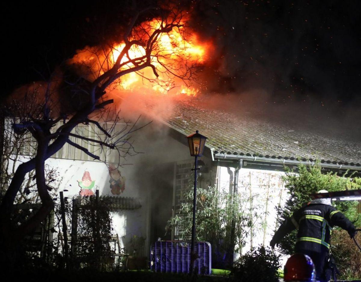 Det er denne bygning på Vinkelvej i Slangerup i Nordsjælland, der er brudt i brand. Foto: Presse-fotos.dk.