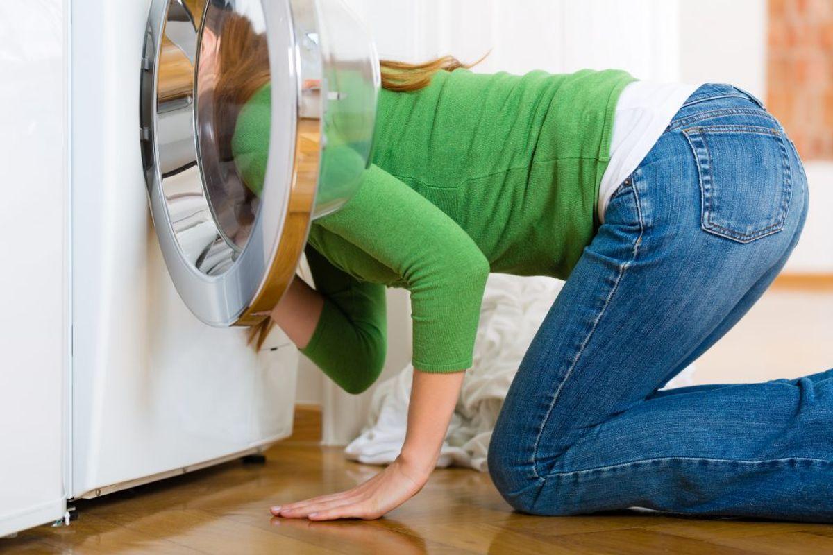 Et godt tip er, at du vender tøjet på vrangen, før du smider det i vaskemaskinen. På den måde slider man på indersiden af tøjet i stedet for. Kilde: Readers Digest. Arkivfoto.