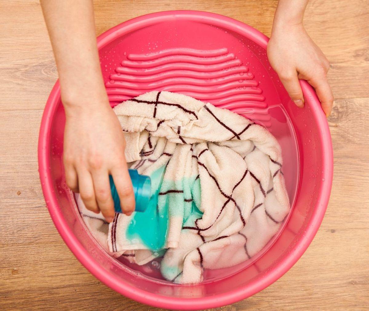 Får du en plet på tøjet, kan du ofte fjerne den nemmere og undgå meget vaskemiddel, hvis du skrubber den af med det samme. Kilde: Readers Digest. Arkivfoto.