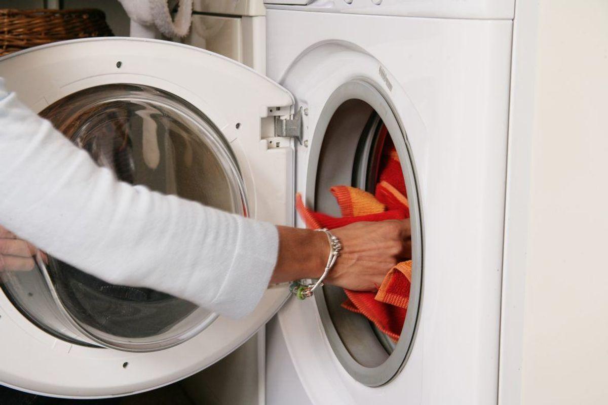 De fleste sorterer sikkert deres vasketøj efter farve – hvilket også langt henafvejen er fint. Men du bør også sortere efter, hvor beskidt dit tøj er. Kilde: Reader's DIgest. Arkivfoto.