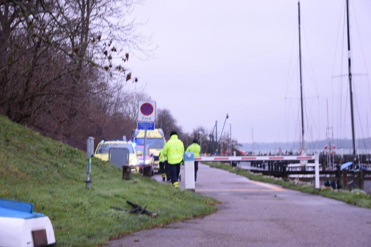 En død person er fisket op af vandet. KLIK FOR FLERE BILLEDER. Foto: Presse-fotos.dk
