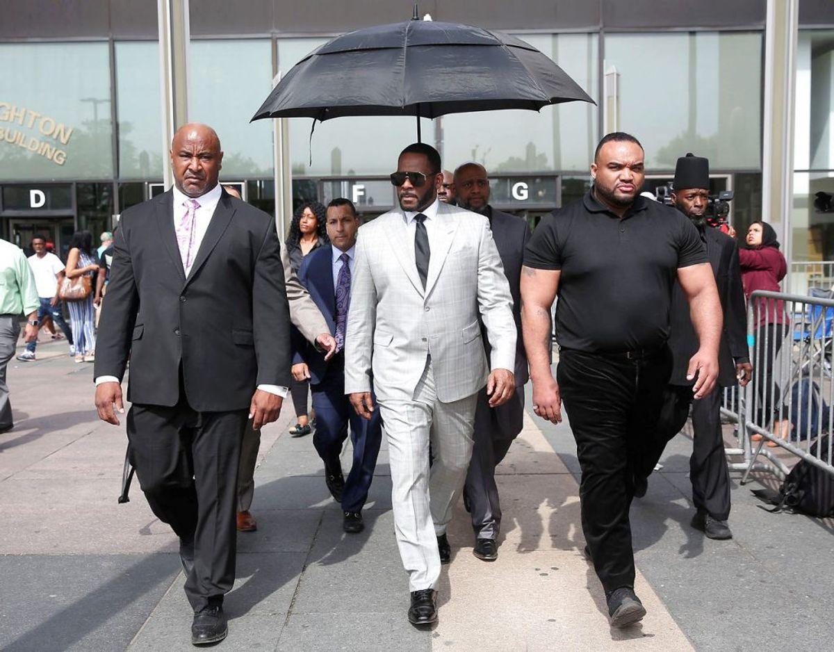 R. Kelly ses her forlade retten i forbindelse med hans mange sager. Foto: Scanpix