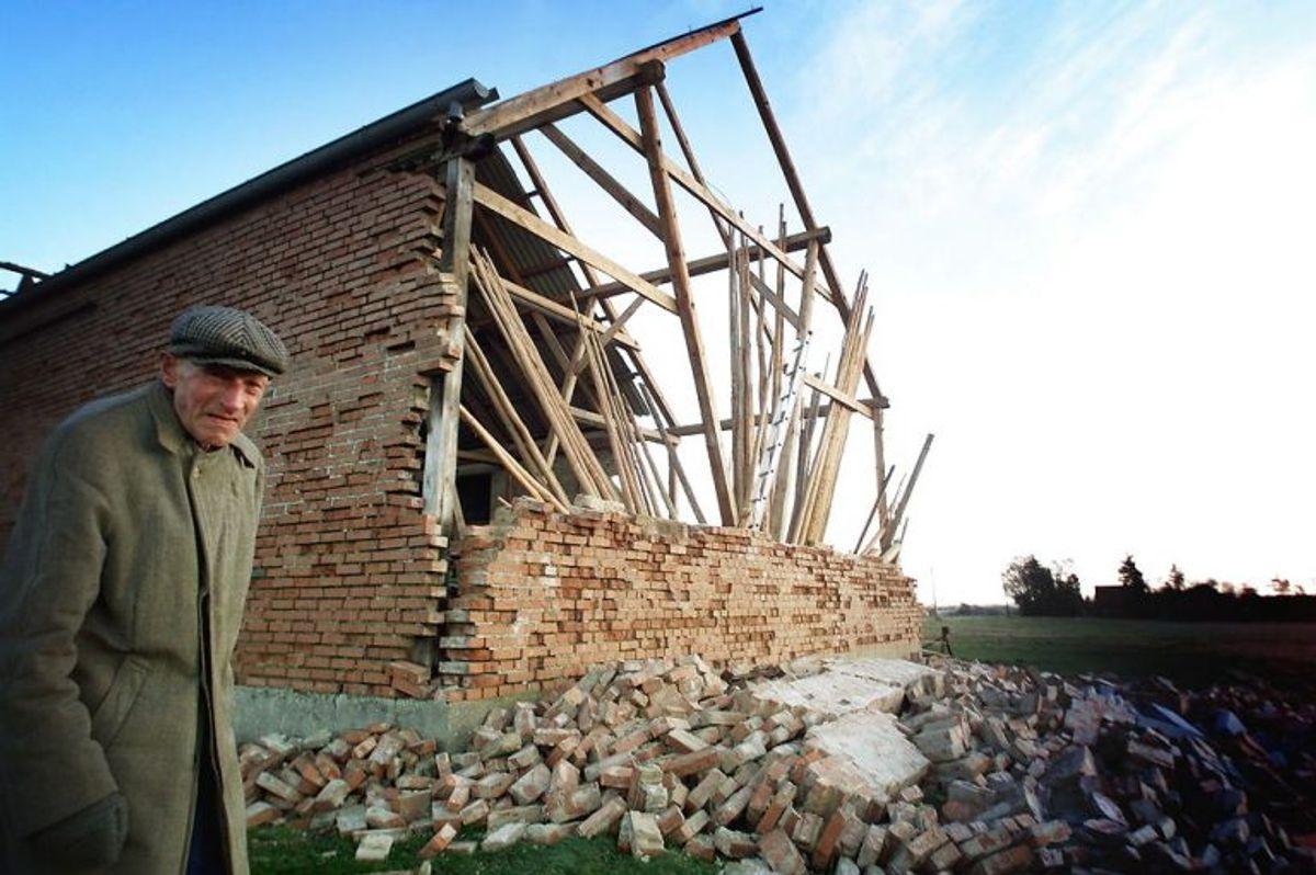 Dengang 82-årige Ulrik Jørgensen kiggede på resterne af sit hus. KLIK VIDERE OG SE FLERE BILLEDER. Foto: Scanpix