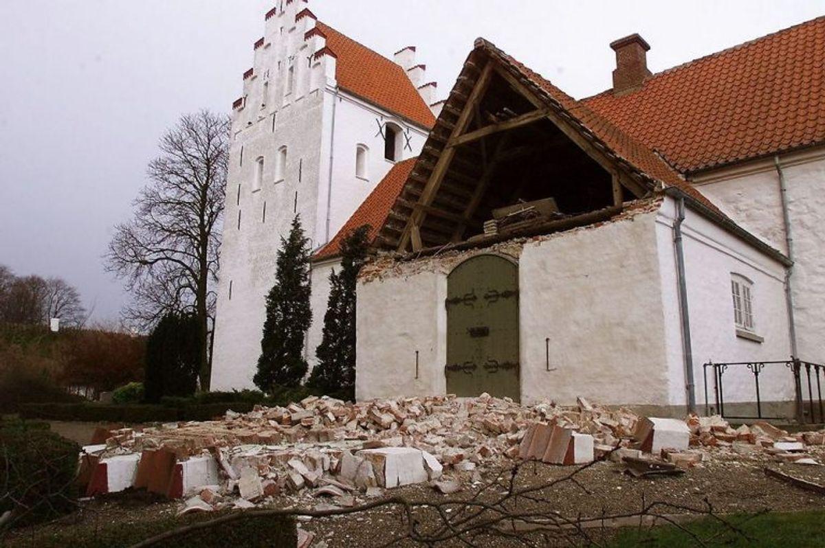 Gavlen på Hillerslev kirkes våbenhus blæste ned under orkanen d. 4 december 1999. NORDFOTO/ Erik Luntang 1999