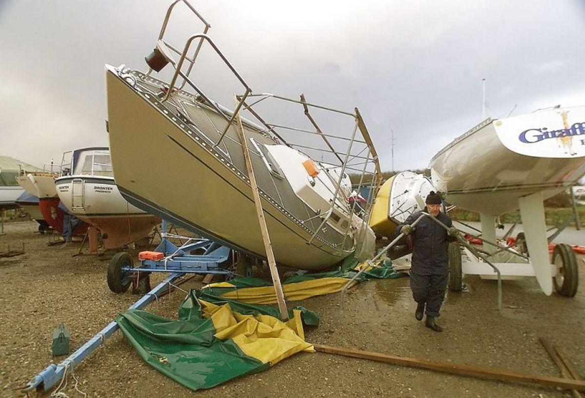 STORM Her er man igang med at udbedre skader dagen derpå. Mange lystbåde i Fredericia Lystbådehavn var væltet