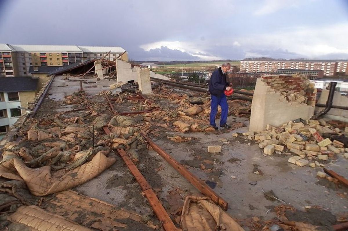 – -STORM Taget på denne boligblok på Finlandsvej i Vejle blæste af under stormen, og ødelagde adskillige biler da det landede på jorden. NORDFOTO/Claus Fisker 1999