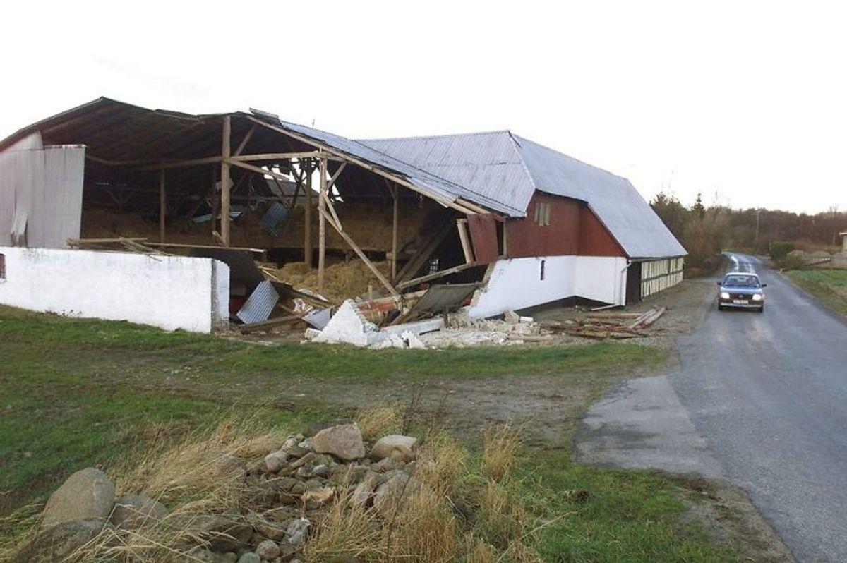– -En gammel staklade med bindingsværk på Hundstrupvej ved Krarup fik hjørnet blæst ud under orkanen, som hærgede over Danmark. Krarup DEC. 4, 1999. NORDFOTO/Erik Luntang