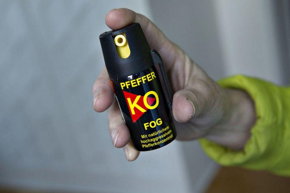 * En peberspray må kun bruges som selvforsvar. Det kan takseres som vold, hvis pebersprayen bruges i andre tilfælde. Det er ikke lovligt at bruge pebersprayen som straf eller hævn mod eksempelvis en indbrudstyv.