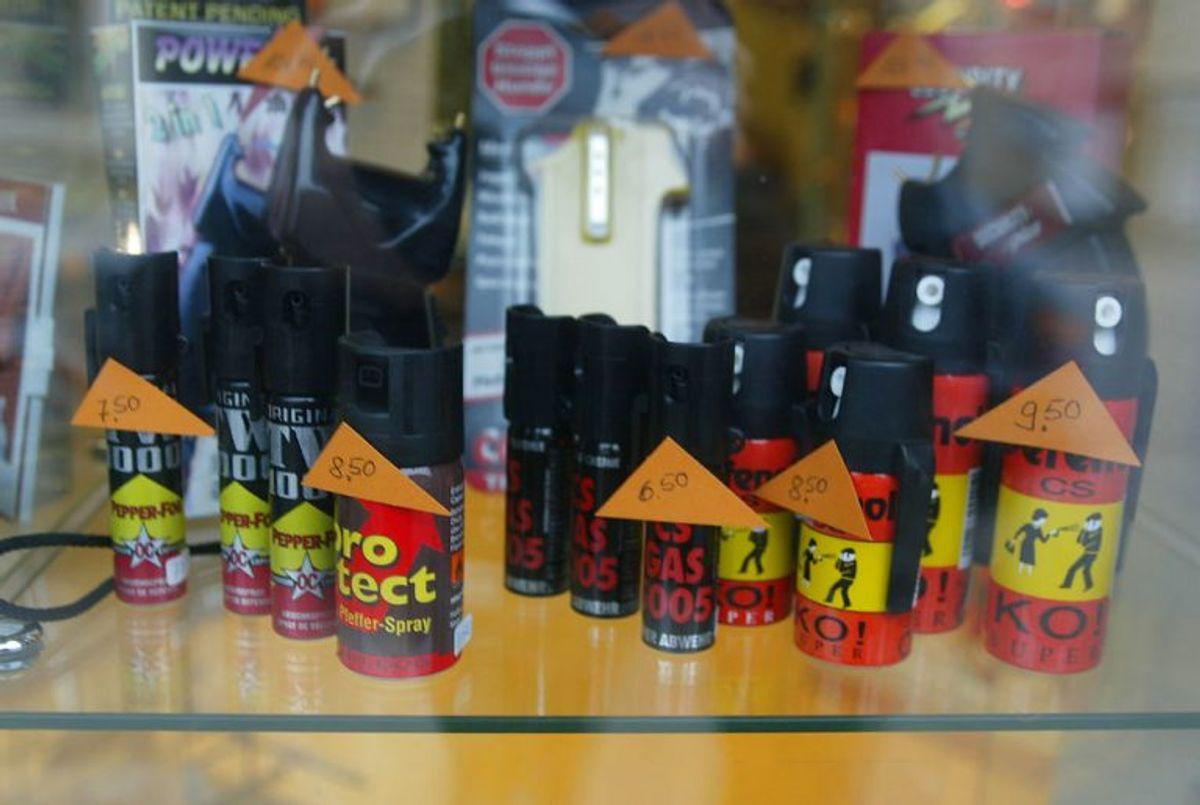 * Det er ulovligt at købe en peberspray i udlandet og indføre den i Danmark uden tilladelse fra politiet. Det gælder også køb på internettet.