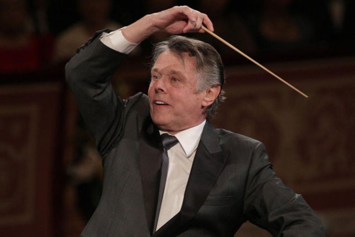 Den lettiske dirigent Mariss Jansons dirigerer Wiener Philharmoniker i den traditionelle nytårskoncert i 2010.Foto: Dieter Nagl/AFP