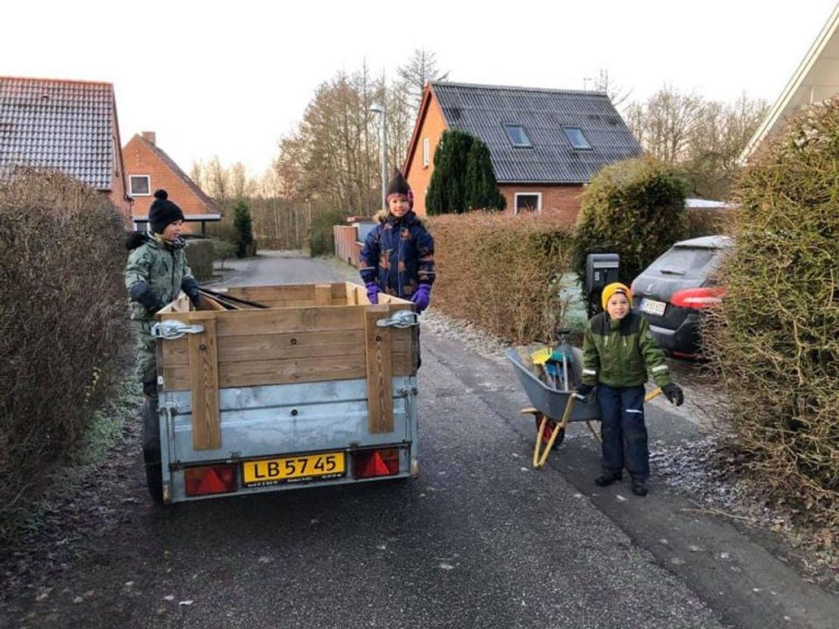 """Både store og små hjalp til hos """"botnakken"""". Foto: Privat/TV2 Østjylland"""