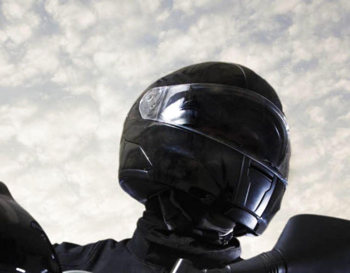15-årig knallertkører tæsket gennem hullet til hjelmen. Foto: Scanpix.