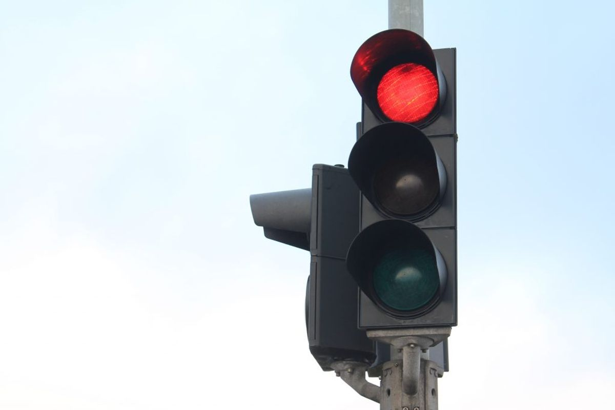 Bilisten kørte over for rødt lys. En 36-årig brækkede nakken i trafikuheldet. Foto: Colourbox.