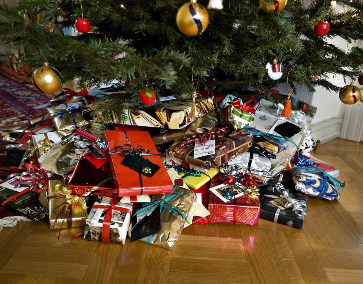 Derfor kan du komme langt ved at holde dig til ønskesedlerne og kun købe gaver, der erstatter et forbrug, der vil finde sted uanset hvad. Foto: Scanpix