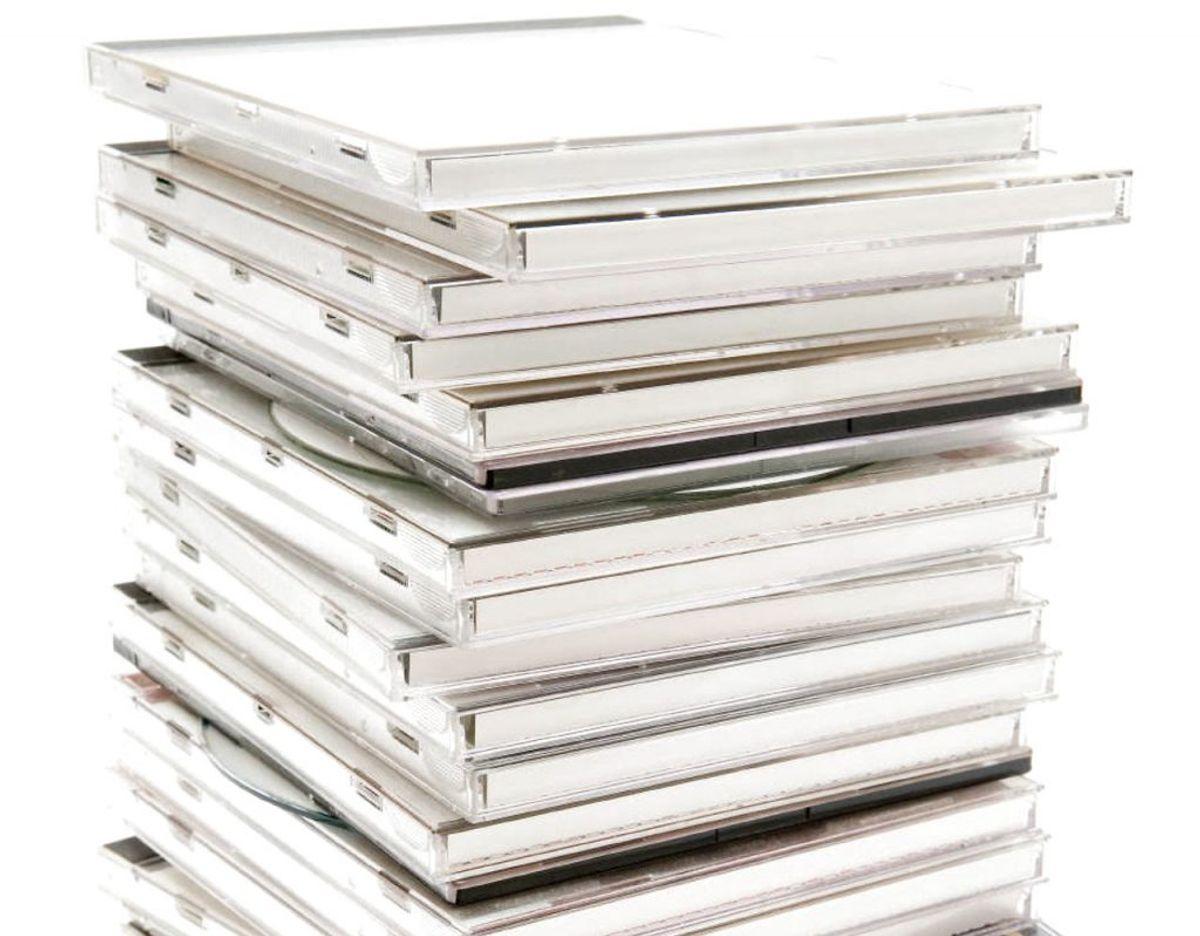 Du bruger garanteret ikke dine cd'er, men det er ikke så godt at stille dem i kælderen. Det gælder også for andet elektronik, da det kan tage skade af de skiftende temperaturer og den fugt, der er i kælderen. Foto: Scanpix